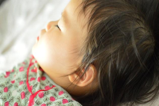 子供の寝顔をかわいく撮る方法 カメラを斜めに構えて撮影
