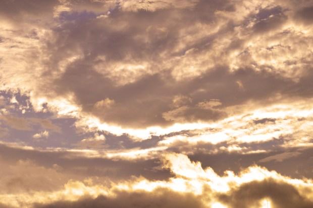 不思議な夕雲 暖色系フィルター使用