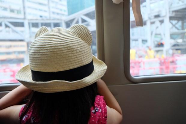 エアポートエキスプレスで九龍駅~シャトルバスでホテルまで_初めての香港の街に興味津々
