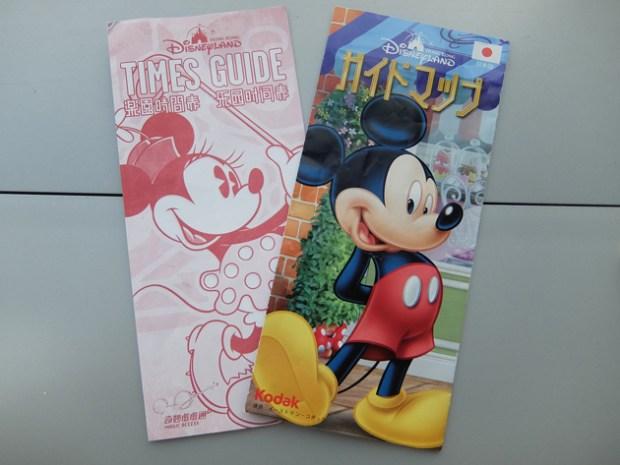 香港ディズニーランド_グランドマーシャルズ(パレードの先頭車で手を振る役)体験_シティホールで日本語版ガイドブックをもらう