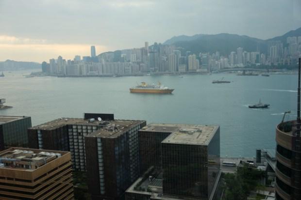 ホテルパノラマバイロンバス_ビクトリアハーバーの朝日_船も見える
