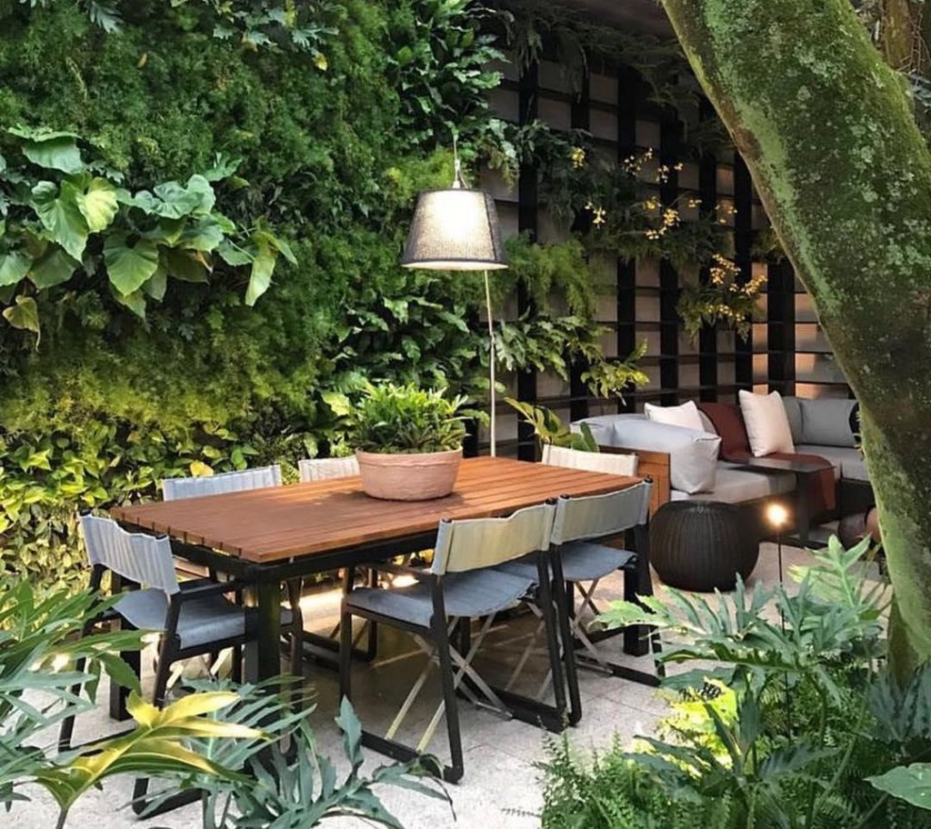 outdoor contemporary garden seating in a townhouse courtyard