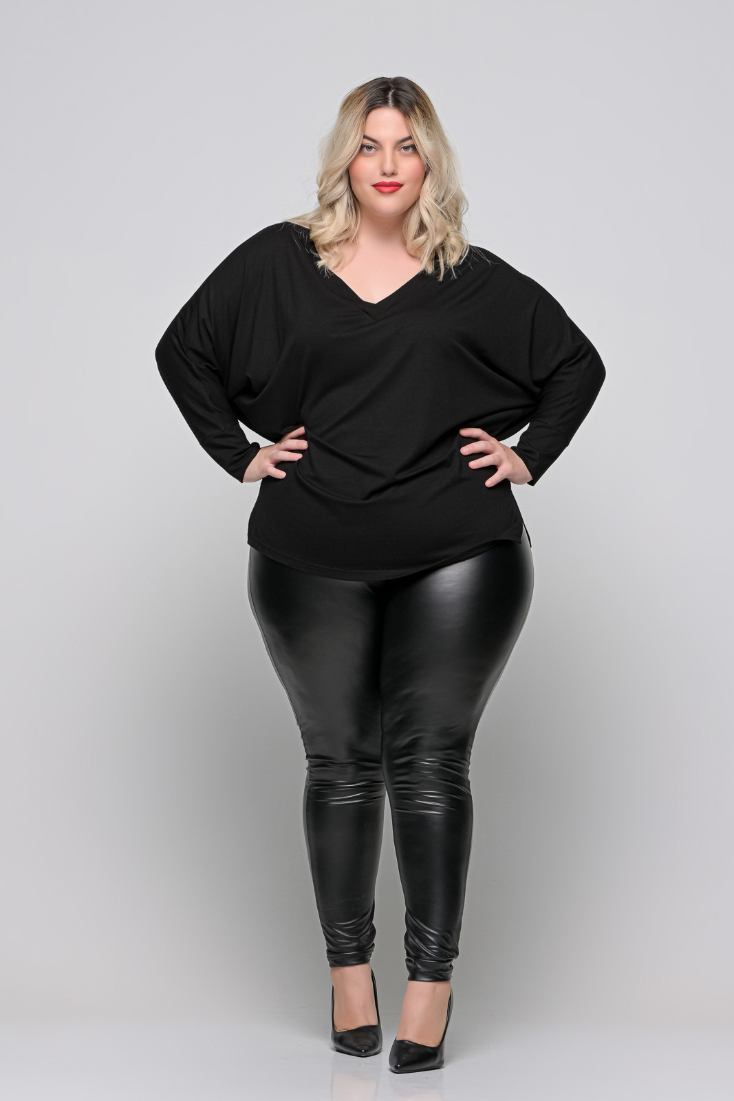Μπλούζα μεγάλα μεγέθη βισκόζ μαύρη νυχτερίδα με V και ανοίγματα . Στο eshop μας θα βρείτε οικονομικά γυναίκεια ρούχα σε μεγάλα μεγέθη και υπερμεγέθη.