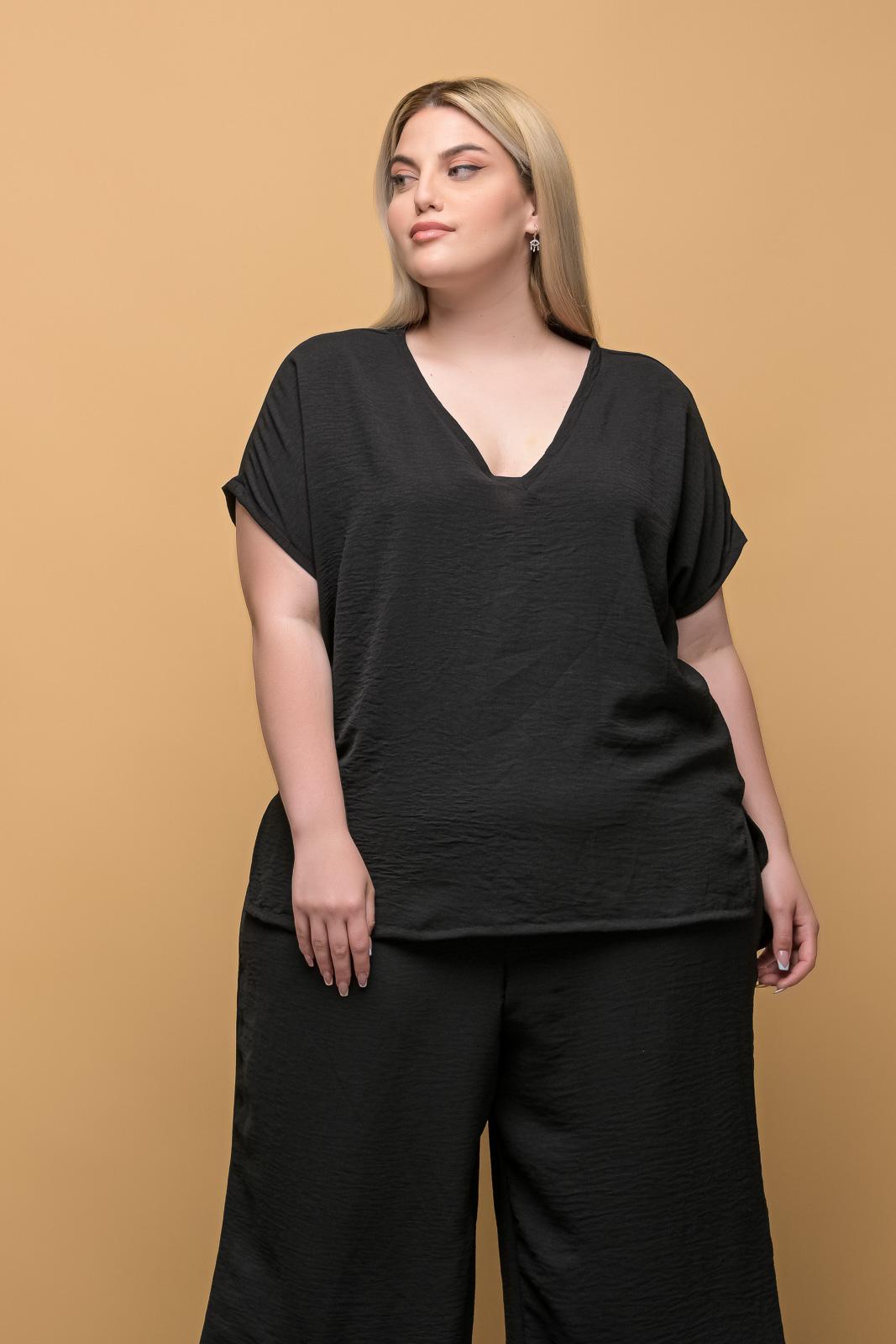 Μπλούζα μεγάλα μεγέθη ανάλαφρη μαύρη V-neck.Στο eshop μας θα βρείτε οικονομικά γυναίκεια ρούχα σε μεγάλα μεγέθη και υπερμεγέθη.