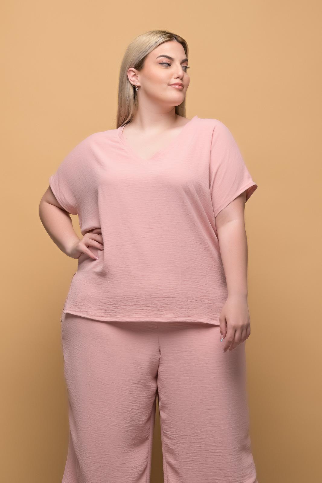 Μπλούζα μεγάλα μεγέθη ανάλαφρη σομόν με λαιμόκοψη.Στο eshop μας θα βρείτε οικονομικά γυναίκεια ρούχα σε μεγάλα μεγέθη και υπερμεγέθη.