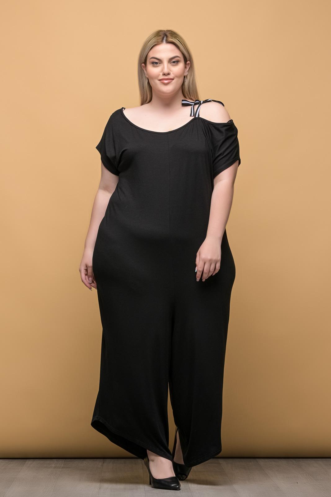 Φόρμα ολόσωμη μεγάλα μεγέθη μαύρη καγκουρό με λαιμόκοψη..Στο eshop μας θα βρείτε οικονομικά γυναίκεια ρούχα σε μεγάλα μεγέθη και υπερμεγέθη.