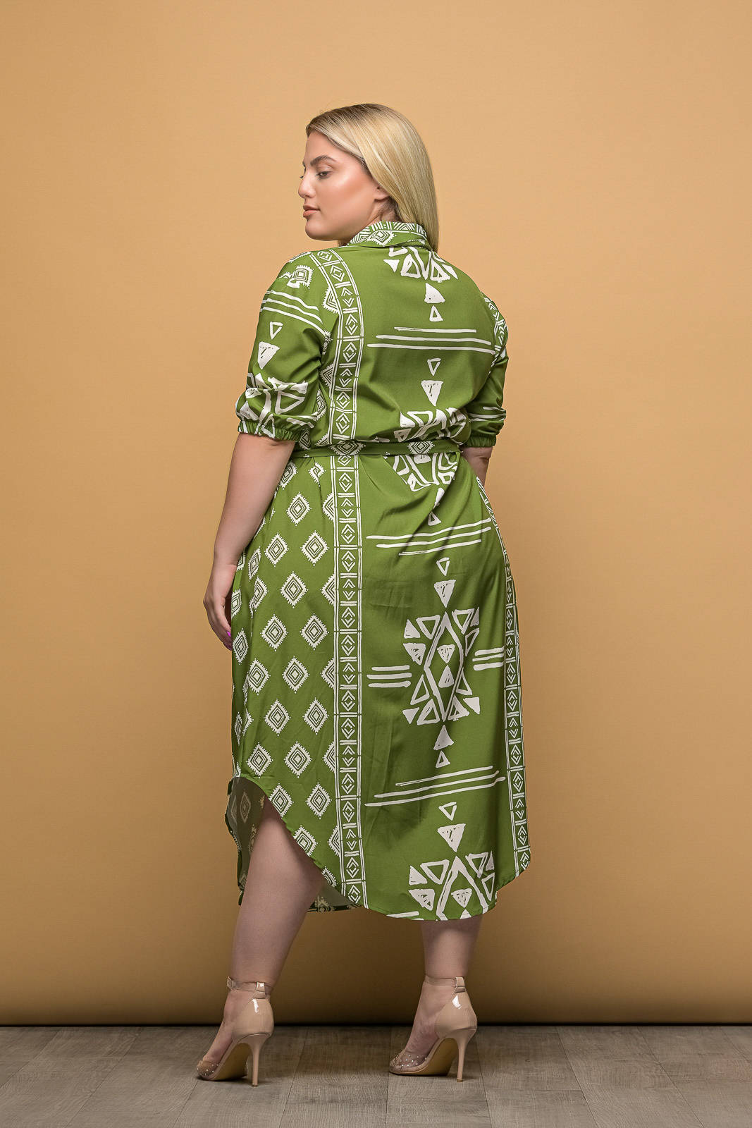 Σεμιζιέ μεγάλα μεγέθη φόρεμα πράσινο με άσπρα μοτίβα και ζωνάκι στην μέσ.Στο eshop μας θα βρείτε οικονομικά γυναίκεια ρούχα σε μεγάλα μεγέθη και υπερμεγέθη.