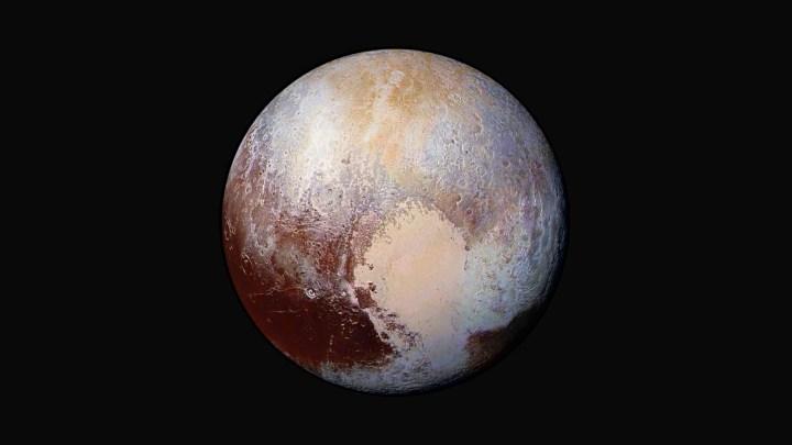 Pluto mit künstlich verstärkten Farben