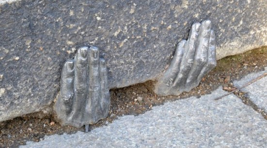 ruce pod katedrálou