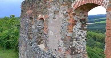 Zřícenina hradu Švamberk na magickém kopci Krasíkov slouží jako vyhlídka i připomínka kruté třicetileté války