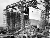 Titanic (vlevo) v loděnici v Belfastu