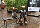 Spejbl a Hurvínek v životní velikosti zkrášlují plzeňské náměstí Republiky