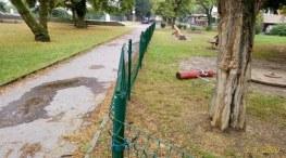 Poškozené dětské hřiště
