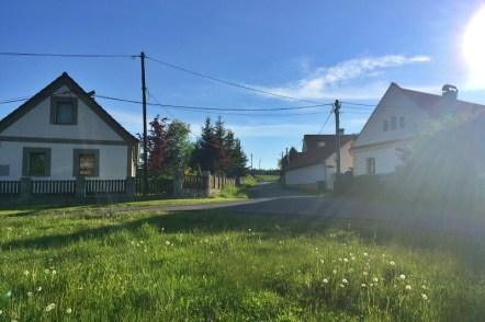 Vesnici tvoří jen několik chalup kolem kostela