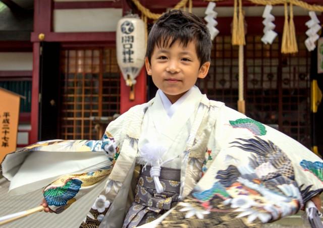 鹿児島市写真館【写真室ペーパームーン】はベビーや小さな子どもの撮影実績が豊富なフォトスタジオです。神社で七五三の記念撮影をしている子供の画像