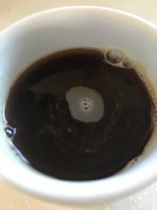 チャコールバターコーヒーカップに入れたとこ