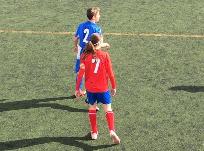 Jugadoras de fútbol en el campo