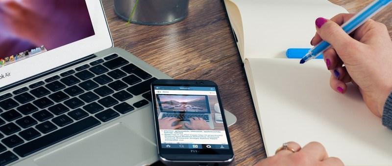 Bureau avec un ordinateur et un téléphone