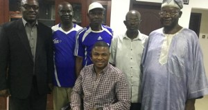 Dr Olayinka Ayefele, with the 3SC supporters' team who visited him...