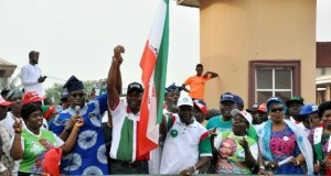 Former governor of Ekiti State and PDP South West coordinator, Gov Peter Ayodele Fayose (second left) presenting the party's Oyo State gubernatorial candidate, Engr Seyi Makinde and his deputy, Engr Remi Olaniyan at the rally…while his wife, Omini Makinde (left), Oyo North senatorial candidate, Hon Mulika Adeola and Alhaja Bose Adedibu look on…