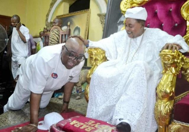 Otunba Christopher Adebayo Alao-Akale, receiving prayers from the Alaafin of Oyo, Oba Lamidi Adeyemi...during the epochal visit of the gubernatorial candidate of ADP...