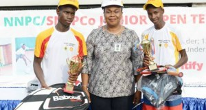 L-R: Runner-up of the Boys U-16 category of the 2019 NNPC/SNEPCo Junior Tennis Championship, David Dawariye of Faith Baptist High School, Diobu, Port Harcourt; Deputy Manager, Manpower Planning and Human Resources, National Petroleum Investment Management Services (NAPIMS), Mrs. Ifeyinwa Mojo-Eyes; and the winner, Suleiman Ibrahim of Junior Secondary School, Durumi-II, Abuja, after the finals held at the Lagos Lawn Tennis Club… recently