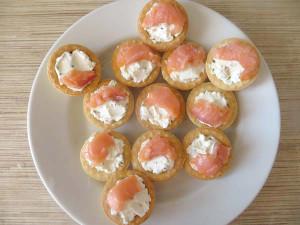 Тарталетки с семгой и творожным сыром - рецепт с фото пошагово