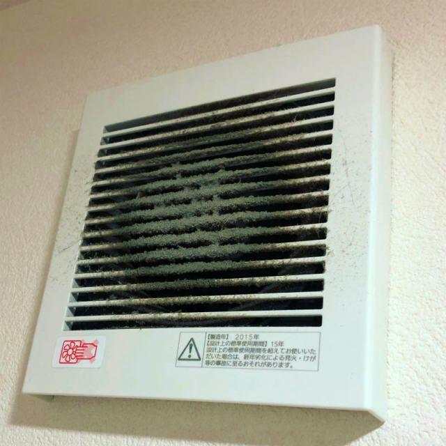 【トイレの臭い激減】トイレ換気扇の積み重なったホコリを5分で取り除く方法