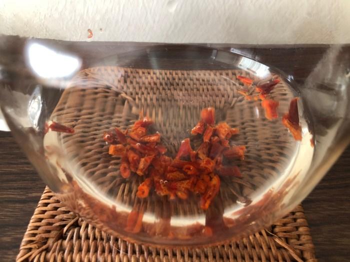 ローズヒップティ(ローズヒップの量を多くしてお湯に浸した)