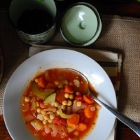 Włoska zupa minestrone z ciecierzycą