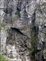 Ściana u podnóża Kotła Kazalnicy (Sanktuarium) - widoczny całkiem spory okap - lipiec 2012