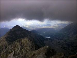 Mroczny widok ze Skrajnego Granatu (2225 m n.p.m.), w tle m.in. Żółta Turnia - 23 lipca 2013