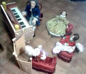 Диванчики для кукол.