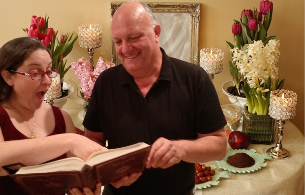 דיוויד ניסן ותמר עילם גינדין עושים فارل خافظ על רקע שולחן החג המסורתי