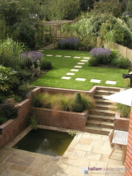 proj: Hallam Garden Design; mały ogródek na trójkątnym zboczu