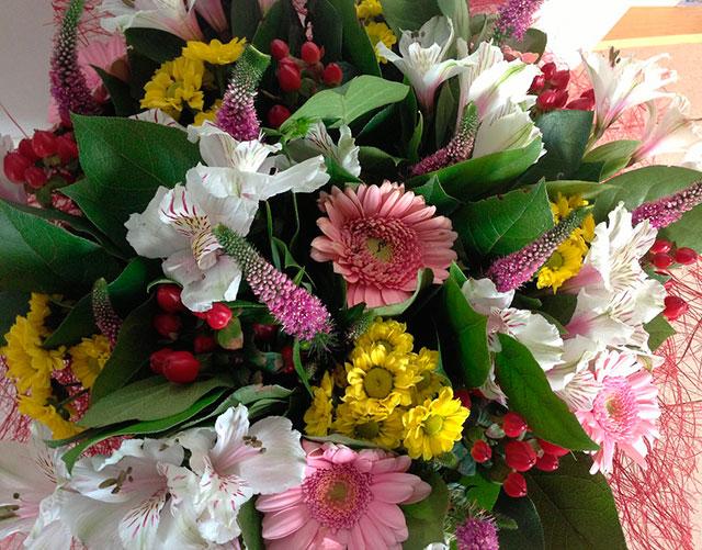 Virágok a fejedben egy esküvőért. Válasszon esküvői ékszereket a menyasszony feje fölött