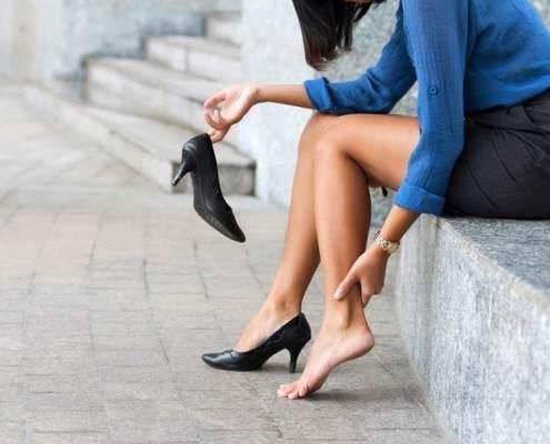 femme active avec chaussures de ville ayant mal au pied