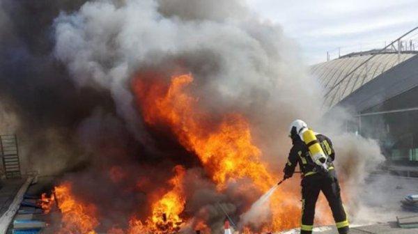 Огонь и клубы дыма: в Испании из аэропорта экстренно ...