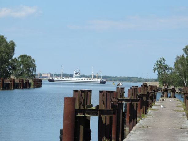 Nabrzeże przy którym cumowały 70 lat temu U-booty. W dali prom Karsibór.