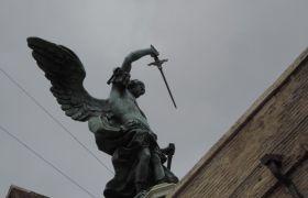 Anioł chowający miecz Zamek Anioła