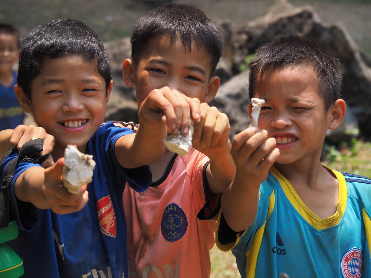 laos ; Motocyklowa pętla z Thakhek ; laotańskie dzieci