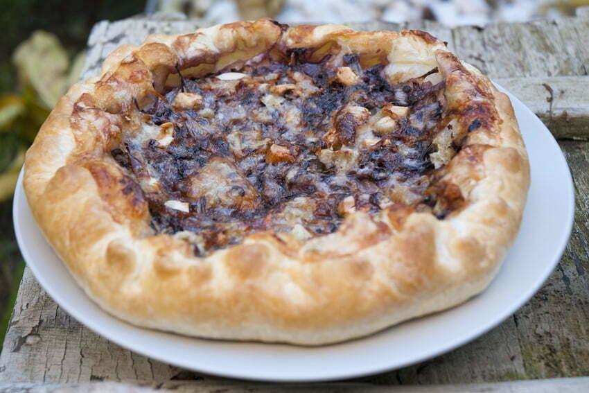 tarta na słono z radicchio, gorgonzolą i orzechami włoskimi
