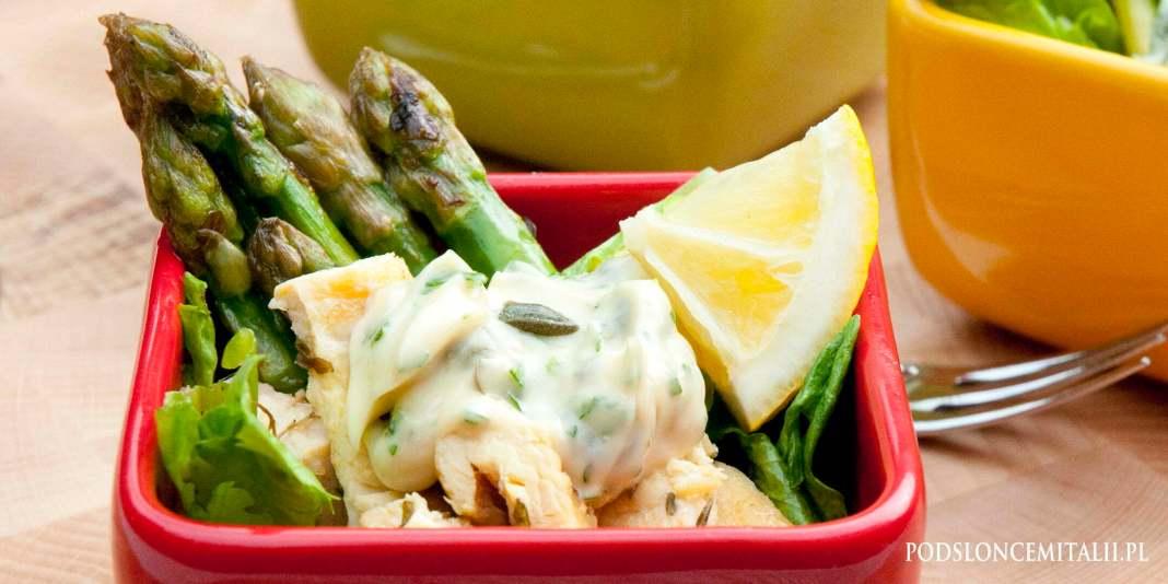Sałatka z grillowanego kurczaka i szparagów z kaparami, tymiankiem i cytryną