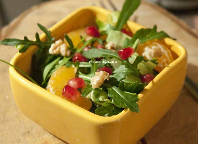 Rukola, mandarynki, owoc granatu i orzechy włoskie, czyli sałata idealna na zimowe smutki