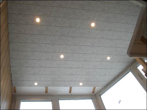 встроенные в потолок точечные светильники