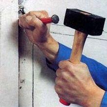Штробление стен. Формирование штрабы с помощью зубила и молотка