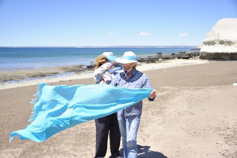 Letizia Moréteau, poète en compagnie de son amie sur la plage.
