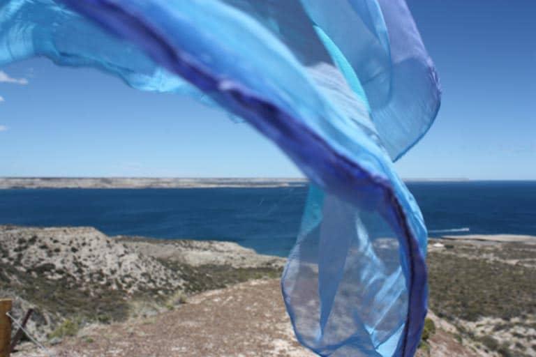 Le châle de Letizia Moréteau, écrivain, qui vole au dessus de la mer.
