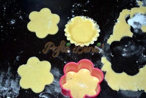 Minitarte curcubeu in forma de floare