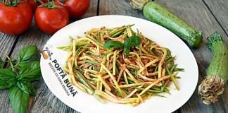 Spaghete din dovlecei, cu sos de rosii fara fierbere